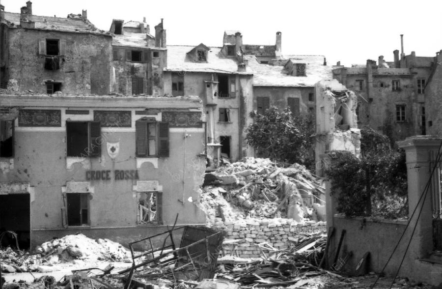 Giugno 1943: effetti delle bombe cadute nell'attuale via Carattini
